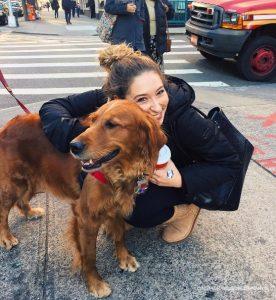Девушка обнимает собаку.