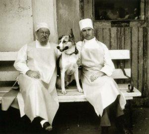 Собака с экспериментаторами.